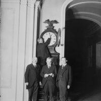 Откуда и зачем появилась традиция переводить часы на летнее время