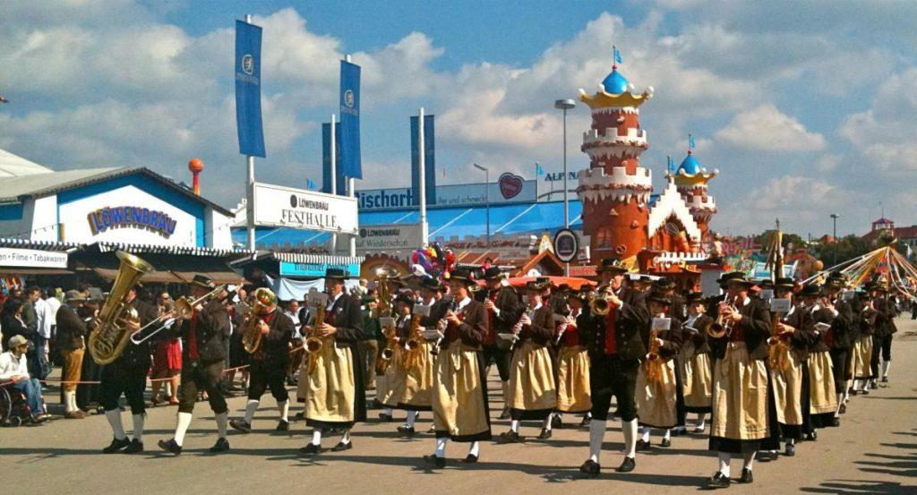 Костюмированное шествие на Октоберфесте