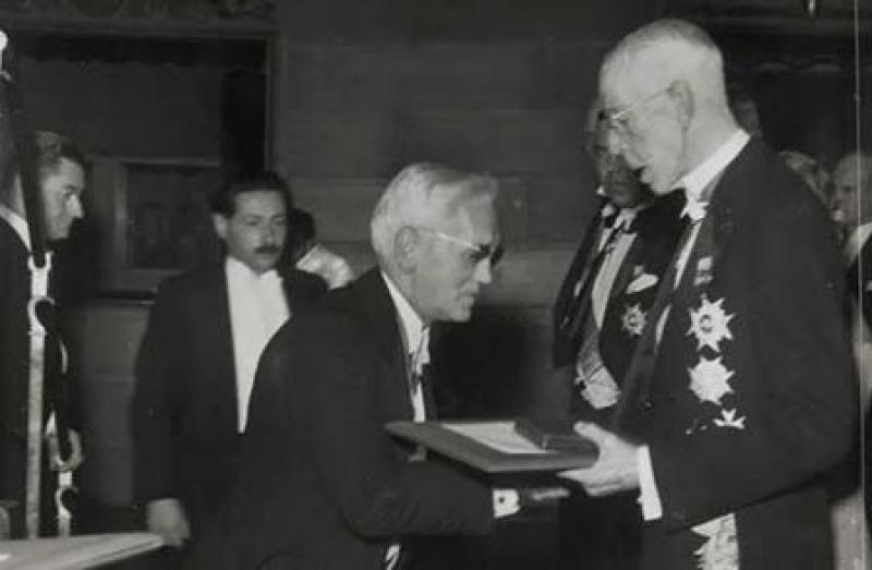 Вручение Нобелевской премии А. Флемингу, Г. Флори и Э. Чейну  в 1945 году