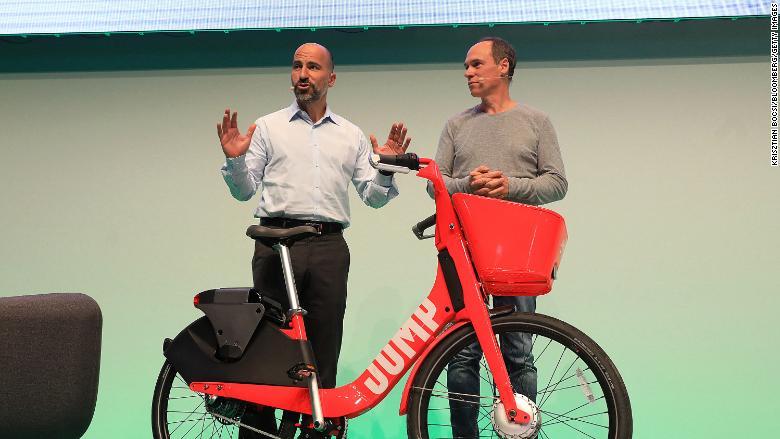 Главный исполнительный директор Uber Дара Хосровшахи на презентации велосипедов JUMP в Берлине, Германия