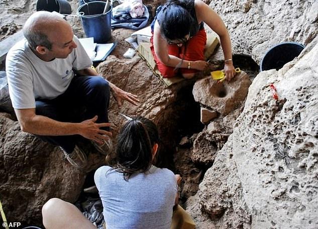 Археологи на месте раскопок старейшей пивоварни в мире