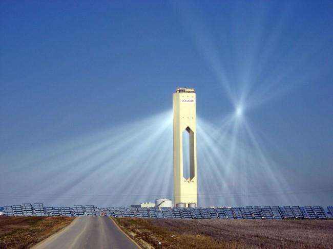 Солнечный коллектор - термальная электростанция в испанском городе Севилья