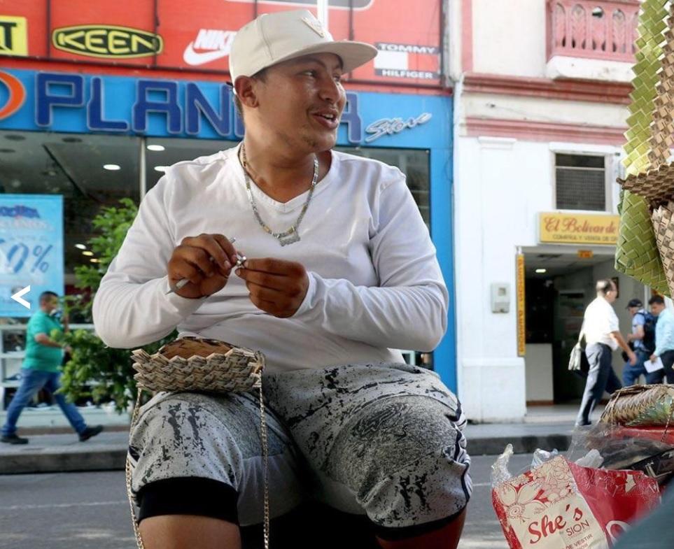 Эдисон Инфанте мастерит сумки из обесценившихся купюр