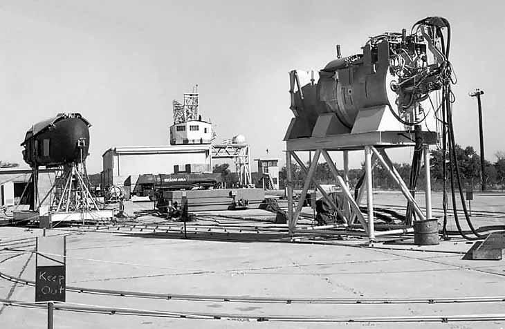 Атомный реактор и отсек экипажа размещены на испытательном стенде перед установкой на NB-36H
