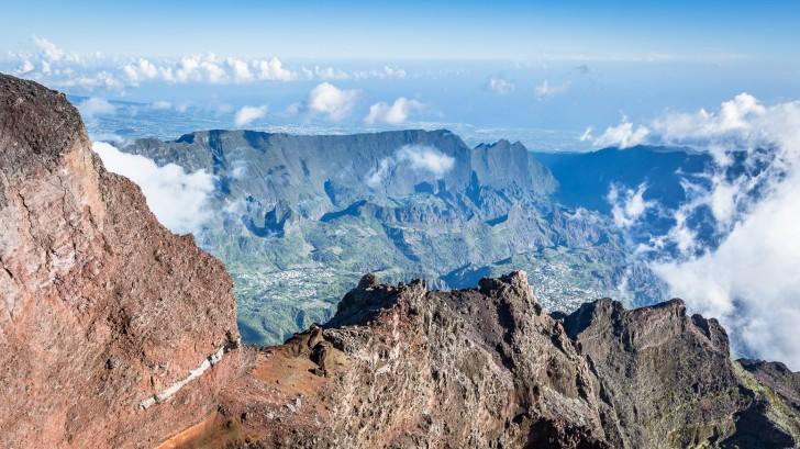 Вид с самой высокой точки острова - потухшего вулкана Питон-де-Неж