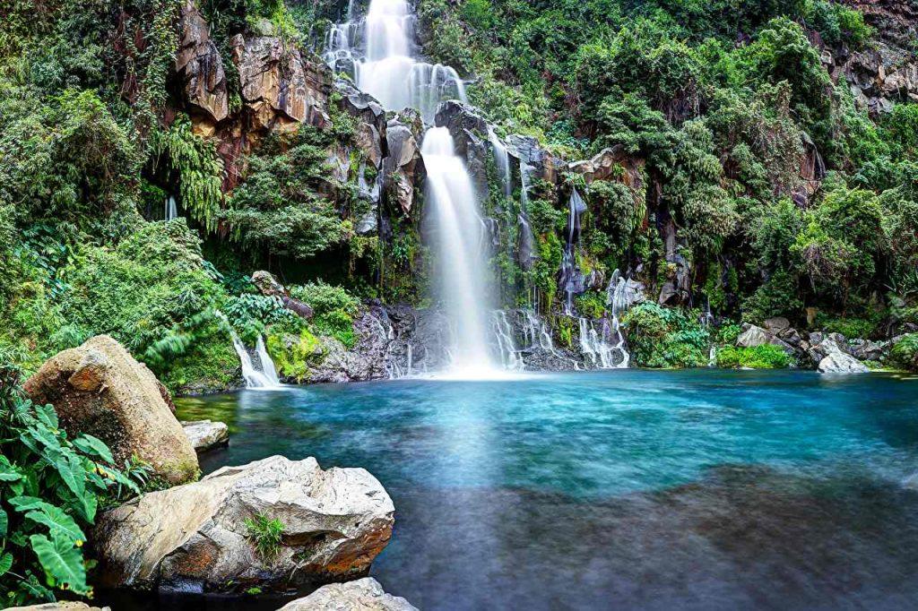 Местные реки размывают мягкую вулканическую породу, образуя водопады