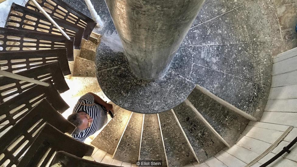 Карло Д'Ориано преодолевает 136 ступеней спиральной лестницы по пути на вершину маяка Пунта Карена