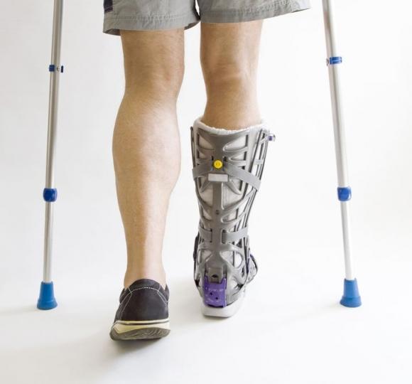 Пластиковая шина для фиксации ноги при переломе плюсневой кости