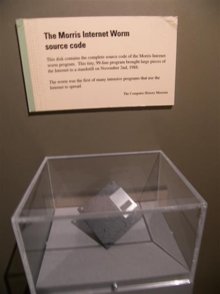 Дискета с исходным кодом червя Морриса, которая хранится в музее науки в Бостоне