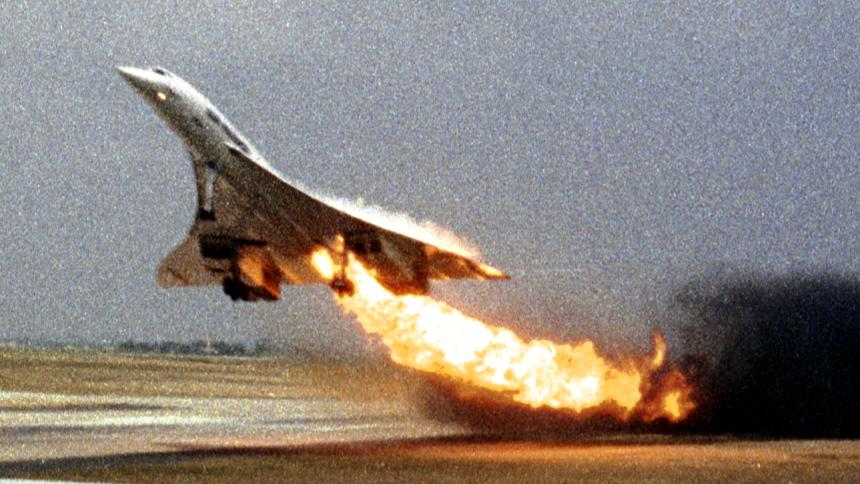 Катастрофа 2000 года: во время разгона по ВПП у самолёта загорелся первый левый двигатель. Несмотря на попытки экипажа совершить экстренную посадку, через 2 минуты вспыхнул второй двигатель на повреждённом крыле и лайнер рухнул на здание гостиницы.