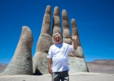 Чилийский скульптор Марио Ираррасабаль на фоне своего творения