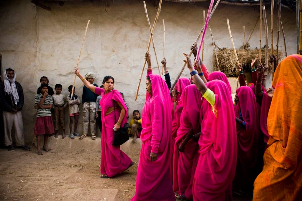 Индийское объединение Gulabi Gang, которе занимается защитой женщин от насилия, в том числе, от насилия в семье