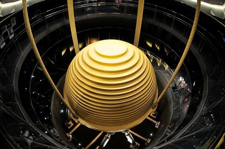 Инерционный демпфер в небоскрёбе Тайбэй 101 в Тайване