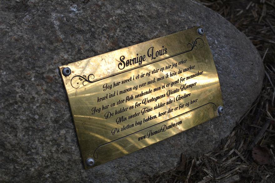 Табличка с зашифрованной в стихах подсказкой о местонахождении Спящего Луи в лесах пригорода Копенгагена