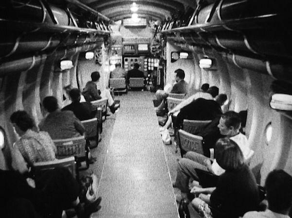 Внутри туристического мезоскафа располагались 40 пассажирских мест, каждый пассажир имел возможность наблюдать за погружением сквозь отдельный иллюминатор