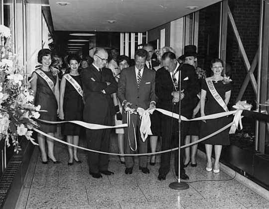 Торжественное открытие первого надземного перехода системы Skywalk между Northstar Center и Northwestern Bank