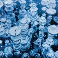Пузыри метана в замёрзшем озере Эйбрахам в Канаде