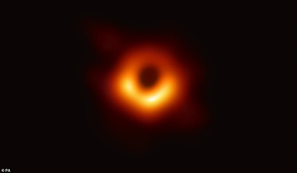 Учёные впервые запечатлели чёрную дыру