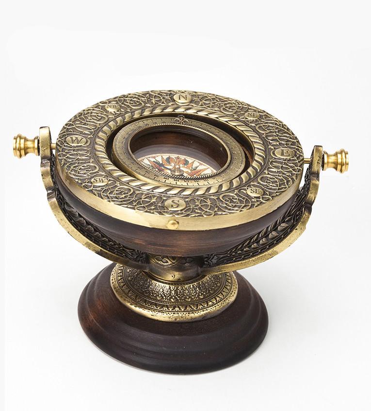 Пример гирокомпоса, используемого в судах для навигации. Это, по существу, гироскоп, то есть вращающееся колесо (ротор), установленное в кардановом подвесе, который обеспечивает оси ротора свободную ориентацию в пространстве.