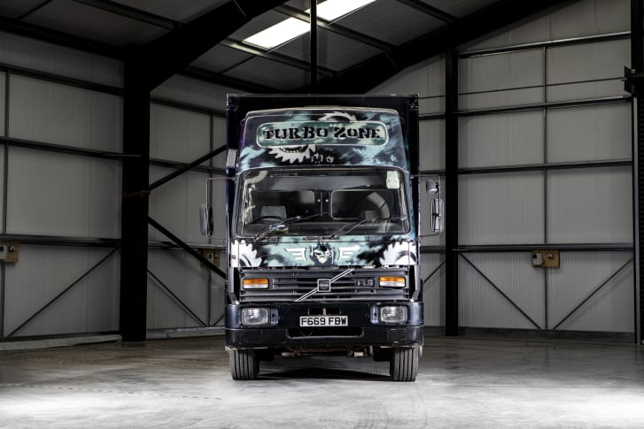 Расписанный Бэнкси грузовик Volvo FL6 на аукционе от Bonhams