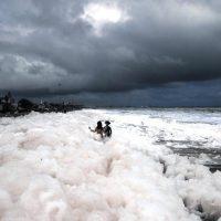 Ядовитая пена накрыла индийский пляж Marina beach