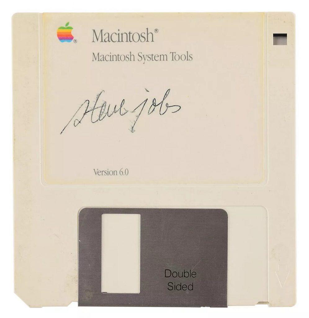 Дискету Macintosh System Tools 6.0 с автографом Стива Джобса продали за $84115