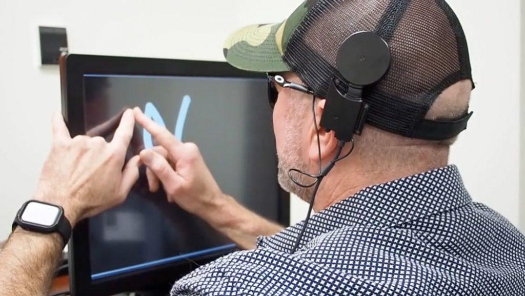"""Прототип визуального протеза, позволяющий слепым """"видеть"""" очертания букв"""