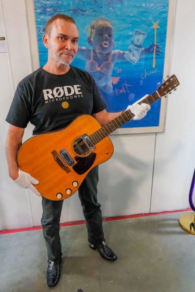 Martin D-18E Курта Кобейна стала самой дорогой гитарой в мире