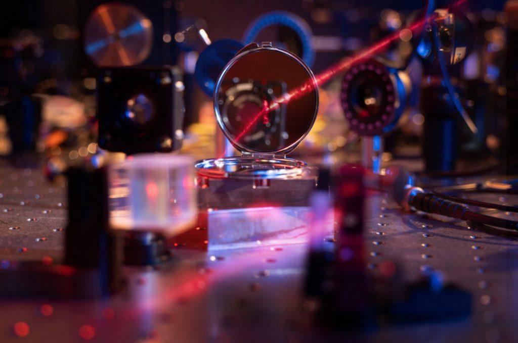 Учёные создали самое тонкое зеркало в мире