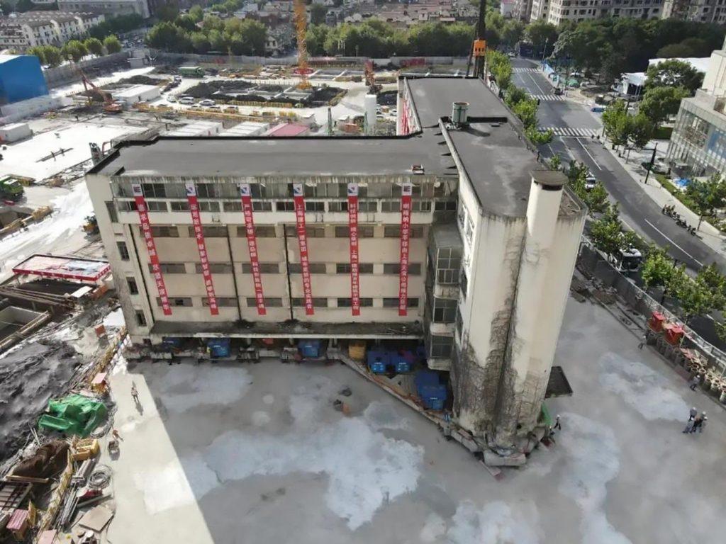 Технология «шагающая машина» переместила 7600-тонное здание