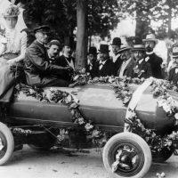 Рекорд в 100 км/ч был поставлен в 1899 году на электромобиле