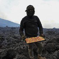 Гватемалец готовит пиццу на лаве вулкана Пакая
