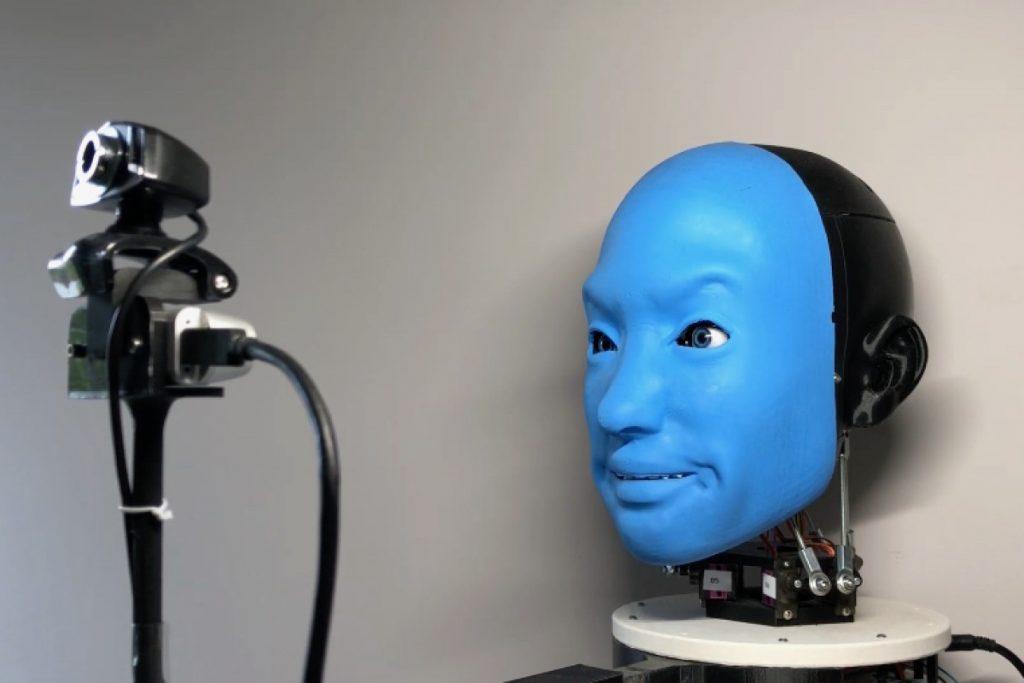 EVA: робот научился улыбаться в ответ