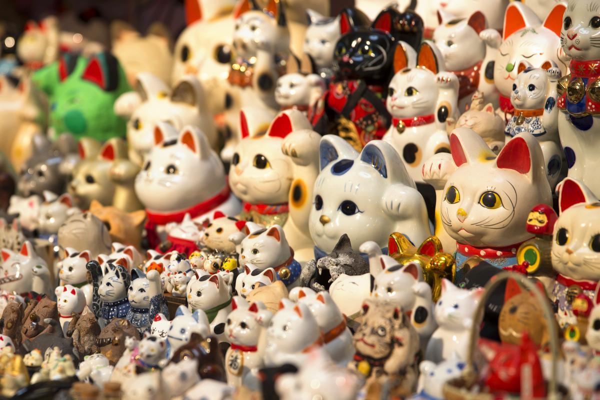 Манэки-нэко: таинственная история манящего кота удачи